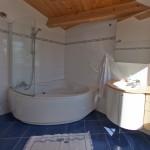 Großes Badezimmer mit Wannen-/Duschbad, separates WC