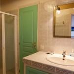 Kleines Badezimmer mit Dusche und WC